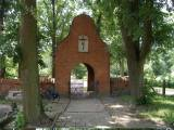Kwiecewo, kapliczka przed kościołem