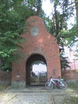 Brama - pomnik poległych w Kwiecewie