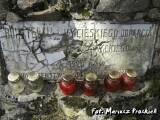 Pomnik - rozbita tablica.
