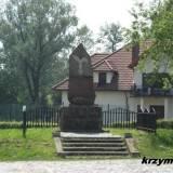 Konopki. Pomnik koło stacji kolejowej.