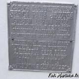 Tablica żeliwna na ścianie frontowej.