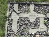 Brześć. Rozbite krzyże z grobów żołnierzy WP.
